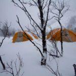 Verse sneeuw bedolf onze tenten in de Lyngen Alps, Norwegen (Foto: Mirte van Dijk)